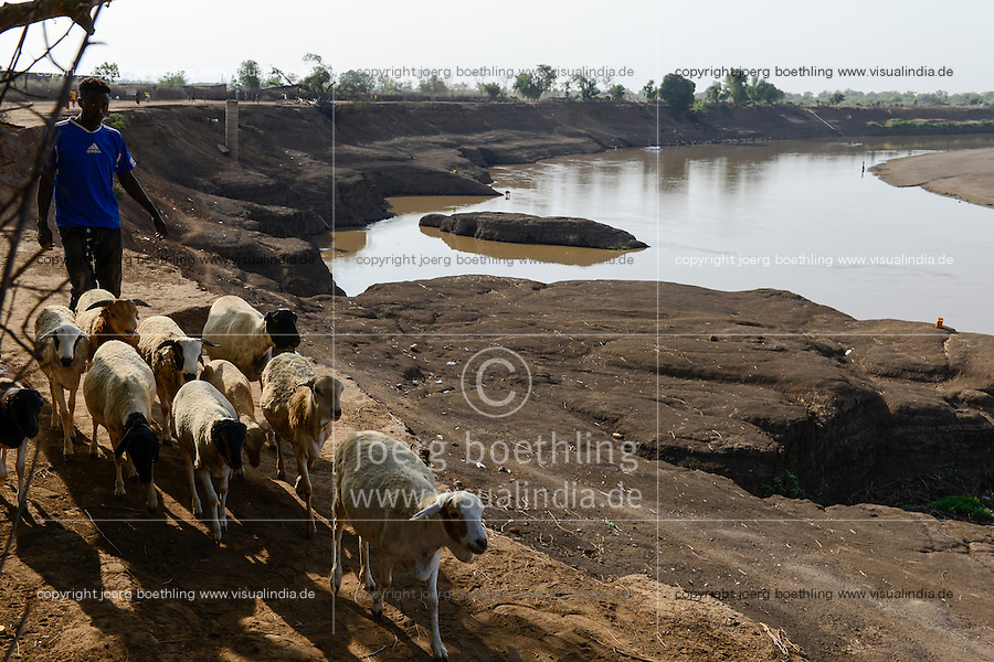 ETHIOPIA, Southern Nations, Lower Omo valley, Omo river at town Kangaten / AETHIOPIEN, Omo Tal, Stadt Kangaten, Omo Fluss