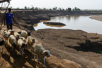 ETHIOPIA, Southern Nations, Lower Omo valley, Omo river at town Kangaten / AETHIOPIEN, Omo Tal, Stadt Kangaten, Omo Fluss