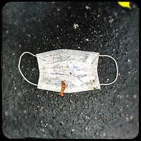Eine gebrauchte medizinische Schutzmaske liegt auf der Strasse in Berlin.<br /> 17.11.2020, Berlin<br /> Copyright: Christian-Ditsch.de