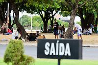 Imigrantes venezuelanos morando em praça na capital de Roraima