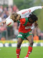 SV Zulte-Waregem - KV Kortrijk..Rob Claeys wint het kopduel van Ernest Nfor..foto David Catry /VDB
