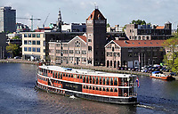 Nederland - Zaandam - September 2018.   De Prins Van Oranje op de Zaan. Salonboot Prins van Oranje is een Amsterdams varend monument, gebouwd in 1908 voor de Alkmaar Packet op de NDSM werf als stoompassagiersschip. Op de achtergrond de oude Verkade Fabriek. Foto Berlinda van Dam / Hollandse Hoogte