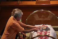 ITAPECERICA DA SERRA, SP, 05.01.2014 - VELORIO NELSON NED -  Familiares durante velorio do cantor Nelson Ned, de 66 anos que morreu na manha desde domingo, 05, no Hospital Regional de Cotia, o cantor estava internado desde sábado com pneumonia. O velório é realizado na tarde deste domingo no Cemiterio Horto da Paz em Itapecerica da Serra na grande Sao Paulo. (Foto: Vanessa Carvalho / Brazil Photo Press).