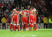 BOGOTA- COLOMBIA – 29-10-2015: Los jugadores del Independiente Santa Fe de Colombia, durante partido de vuelta entre Independiente Santa Fe de Colombia y el Independiente de Avellaneda de Argentina, por los cuartos de final de la Copa Suramericana en el estadio Nemesio Camacho El Campin, de la ciudad de Bogota.  / The players of Independiente Santa Fe of Colombia, during a match for the second round between Independiente Santa Fe of Colombia and Independiente de Avellaneda of Argentina for the second round for the quarterfinals of the Copa Sudamericana in the Nemesio Camacho El Campin in Bogota city. Photos: VizzorImage / Luis Ramirez / Staff.