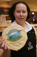 Amérique/Amérique du Nord/Canada/Québec/Montréal: Camille Jamison-l'Ecuyer présente ses fromages au lait cru du  Québec à la Fromagerie Hamel au Marché Jean - Le Fromage Pied-De-Vent est un fromageau lait cru de vache de la Fromagerie du Pied-De-Ventsituée sur l'île de Havre-aux-Maisons,la croûte est lavée à la saumure, il est affiné  60 joursTalon