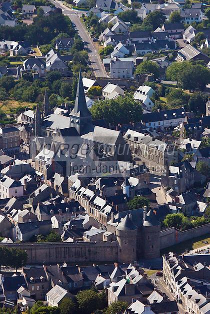 Europe/France/Pays de la Loire/44/Loire-Atlantique/Parc Naturel Régional de Brière/Guérande:  Vue aérienne de la  cité médiévale, la  Porte Saint-Michel, les  remparts et la  la Collégiale Saint-Aubin //  France, Loire Atlantique, Parc Naturel Regional de Briere (Regional Natural Park of Briere), Guerande, Aerial View of the medieval town, the Porte Saint Michel, the walls and the church of Saint Aubin