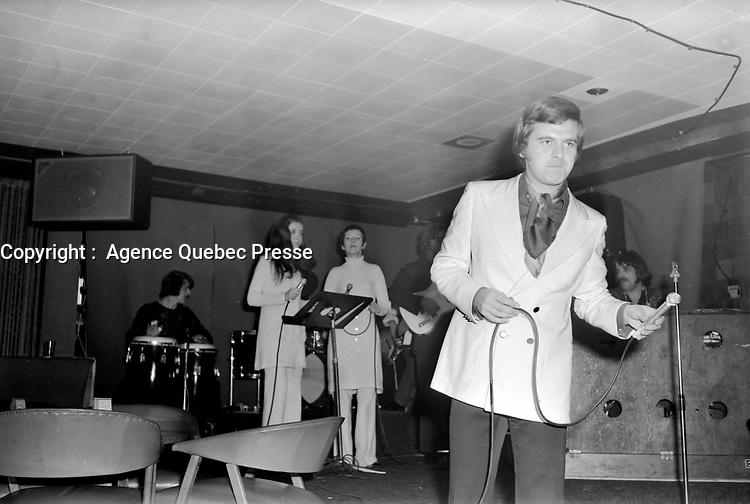 Le chanteur Pierre Lalonde  sur  scene,<br /> le 25 février 1971<br /> <br /> Photographe : Jacques Thibault<br /> <br /> - Agence Quebec Presse