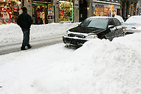 Heavy snowfall paralyzed traffic, closed schools and cancelled flights in the Montreal region..More than 30 centimetres of snow has already fallen and more was on the way...Photo (c) 2005 Pierre Roussel