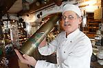 Foto: VidiPhoto<br /> <br /> BURGH-HAAMSTEDE - Het is een museum, bakkerij, lunchroom en snoepwinkel tegelijk. Brood- en banketbakkerij Sonnemans in Burgh-Haamstede is met stip de bezienswaardigste, wonderlijkste en smakelijkste warme bakker van Nederland. De bakkerij is wereldberoemd. Foto: Mathieu Sonnemans met een granaathuls van Nederlandse makelij.