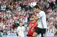 Sami Khedira (D) klärt gegen Tomasz Jodlowiec (POL) - EM 2016: Deutschland vs. Polen, Gruppe C, 2. Spieltag, Stade de France, Saint Denis, Paris
