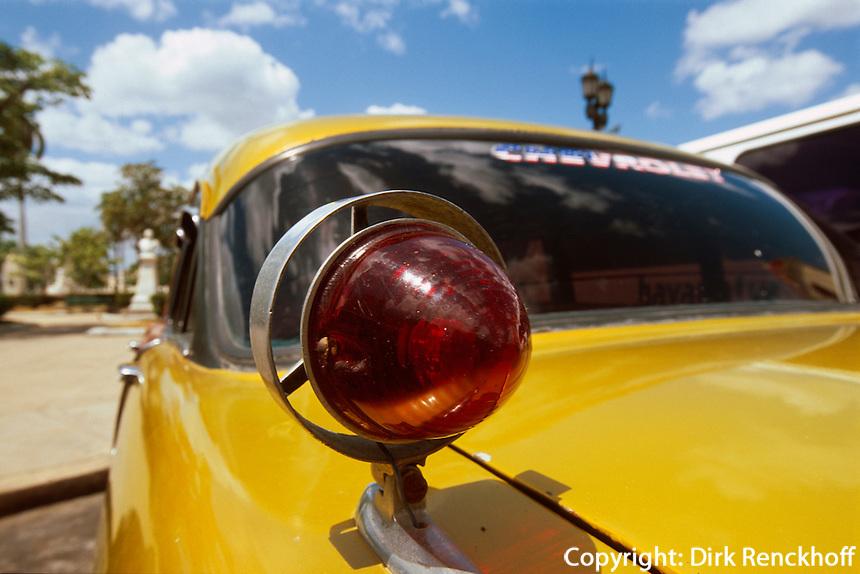 Cuba, Oldtimer am Parque Jose Marti in Cienfuegos