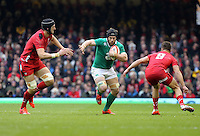 Pictured: Sean O'Brien of Ireland (C) comes up against Luke Charteris (L) and Rhys Webb (R) of Wales Saturday 14 March 2015<br />