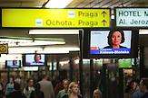 """Auf Monitoren wird an öffentlichen Verkehrspunkten für die Polnischen Parlamentswahlen geworben. Hier ist Malgorzata Kidawa-Blonska zu sehen, die Mitglied der Partei """"Platforma obywatelska"""" (Bürgerplattform) ist. / In public places election posters can be seen on screens. Here, the Christian Democratic Party """"Platforma obywatelska"""" (Civic Platform) attracts voters with Malgorzata Kidawa-Blonska, a member of the party."""