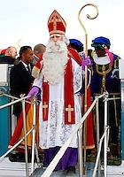Sinterklaas en Zwarte Piet arriveren in Rotterdam
