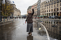 """Sogenannten """"Querdenker"""" sowie verschiedene rechte und rechtsextreme Gruppen hatten fuer den 18. November 2020 zu einer Blockade des Bundestag aufgerufen. Sie wollten damit verhindern, dass es """"eine Abstimmung ueber das Infektionsschutzgesetz"""" gibt - unabhaengig ob es diese Abstimmung tatsaechlich gibt.<br /> Bereits in den Morgenstunden versammelten sich ca. 2.000 Menschen, wurden durch Polizeiabsperrungen jedoch gehindert zum Reichstagsgebaeude zu kommen. Sie versammelten sich daraufhin u.a. vor dem Brandenburger Tor.<br /> Im Bild: Eine Frau mit Rosenkranz auf der geraeumten Strasse vor dem Reichstag.<br /> 18.11.2020, Berlin<br /> Copyright: Christian-Ditsch.de"""