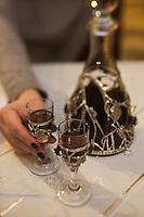 Europe/Voïvodie de Petite-Pologne/Environs de Cracovie/Wieliczka: Service de l'alcool à l'auberge: Halit
