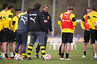 Borussia Dortmund's head coach Juergen Klopp (C) talks to the players during a training session in La Manga, Spain, 12 January 2015. Borussia Dortmund stays in La Manga until 18 January 2015 to prepare for the second half of the German Bundesliga season. Photo: Marius Becker/dpa