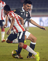 BARRANQUILLA -COLOMBIA-22-OCTUBRE-2014. Vladimir Hernandez   (Izq)  del Atletico Junior  disputa el balon con Daniel Torres   del Independiente Santa Fe   ,  partido de ida por la semifinal de  la Copa Postobon  disputado en el estadio Metropolitano. / Vladimir Hernandez  (L) of Atletico Junior fights for the ball with Daniel Torres of  Independiente Santa Fe leg of the semifinals of the Copa Postobon played at Metropolitan Stadium. Photo: VizzorImage / Alfonso Cervantes / Stringer