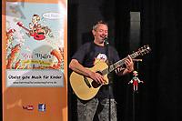 """Büttelborn 15.05.2017: Kinderprogramm im Cafe Extra<br /> Liedermacher Jürgen Müller mit seinem Programm """"Herr Müller und seine Gitarre - Geschichten aus dem Schummelbuch"""" im Cafe Extra in Büttelborn<br /> Foto: Vollformat/Marc Schüler, Schäfergasse 5, 65428 R'heim, Fon 0151/11654988, Bankverbindung KSKGG BLZ. 50852553 , KTO. 16003352. Alle Honorare zzgl. 7% MwSt."""