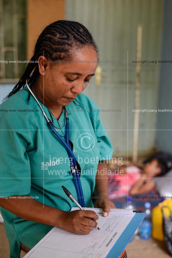 ETHIOPIA Gambela, village Abobo, hospital of catholic church, woman with Malaria fever during ckeck-up / AETHIOPIEN Gambela, Dorf Abobo, Krankenstation der katholischen Kirche, Frau mit Malaria bei Untersuchung