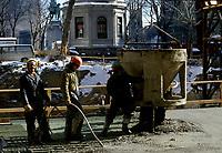 Construction au centre-ville de Montréal dans les années 80.<br /> <br /> carré Dominion