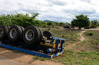MOZAMBIQUE, Chimoio, BAGC Beira agricultural growth corridor, truck accident at road between port Beira-Chimoio-Tete-Zimbabwe / MOSAMBIK, Chimoio, BAGC Beira agricultural growth corridor, LKW Unfall auf Strasse zwischen Hafen Beira-Chimoio-Tete-Simbabwe