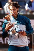 Lo spagnolo Rafael Nadal morde il trofeo dopo aver vinto la finale maschile degli Internazionali d'Italia di tennis a Roma, 19 Maggio 2013..Spain's Rafael Nadal bits the trophy after winning the final match of the Italian Open Tennis men's tournament ATP Master 1000 in Rome, 19 May 2013..UPDATE IMAGES PRESS/Isabella Bonotto