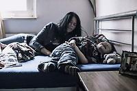 Alleinerziehende mit Kind, Tobe- und Kuschelsituation, HartzIV, Bochum<br /> <br /> *** HighRes auf Anfrage *** Voe nur nach Ruecksprache mit dem Fotografen *** Sonderhonorar ***<br /> <br /> Engl.: Europe, Germany, Bochum, unemployment benefit, Hartz IV, unemployed, unemployment, poverty, poor, social benefits, singel mother with child, 29 March 2012<br /> <br /> ***Highres on request***publication only after consultation with the photographer***special fee***