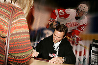 Jan 23 2005 Toronto (Ontario) CANADA<br /> Steve Yzerman sign autographs at the Hockey Show, Jan 22 2005 in Toronto, canada
