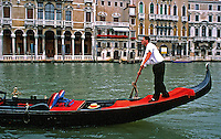 Gondolas em Veneza. Itália. Foto de Juca Martins. Data. 1996