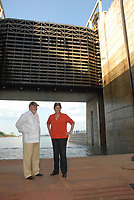 O presidente Luiz Inácio Lula da Silva e Dilma Roussef, presidente eleita, durante a inauguração das eclusas de TucuruíCom capacidade para dar passagem a 40 milhões de toneladas de carga por ano, as eclusas de Tucuruí, a maior do mundo segundo a Eletronorte, o estado do Pará..A obra, concluída por convênio entre o Ministério dos Transportes Denit, Eletrobras e Eletronorte,  faz parte do projeto da hidrovia Araguaia Tocantins que ligará Belém no Pará a região do alto Araguaia no Mato Grosso com uma extensão aproximada de 2 .000 kmTucuruí, Pará, Brasil.Paulo Santos<br /> 30/10/2010