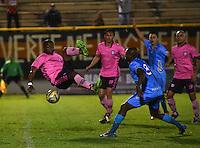 TUNJA - COLOMBIA -18 -07-2016: Wason Renteria (Izq.) jugador de Boyaca Chico FC disputa el balón con Wilmer Diaz (Der.) jugador de Jaguares FC, durante partido Boyaca Chico FC y Jaguares FC, de la fecha 4 de la Liga Aguila II-2016, jugado en el estadio La Independencia de la ciudad de Tunja. / Wason Renteria (L) player of Boyaca Chico FC vies for the ball with Wilmer Diaz (R) jugador of Jaguares FC, during a match Boyaca Chico FC and Jaguares FC, for the date 4 of the Liga Aguila II-2016 at the La Independencia  stadium in Tunja city, Photo: VizzorImage  / Cesar Melgarejo / Cont.