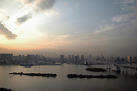 Tokyo Bay Odaiba, Rainbow Bridge, Tokio Shimbashi, Tokyo view, Wasser Brücke Bucht von Tokio. (Photo.:Stefan Noebel-Heise)