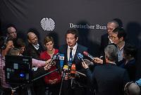 2. NSU-Untersuchungsausschuss dees Deutschen Bundestag.<br /> Aufgrund vieler Ungeklaertheiten und Fragen sowie vielen neuen Erkenntnissen ueber moegliche Verstrickungen verschiedener Geheimdienste in das Terror-Netzwerk Nationalsozialistischen Untergrund (NSU) wurde von den Abgeordneten des Bundestgas ein zweiter Untersuchungsausschuss eingesetzt.<br /> Am Donnerstag den 17. Dezember fand die 1. oeffentliche Sitzung des 2. NSU-Untersuchungsausschuss des Deutschen Bundestag statt.<br /> Im Bild: Uli Groetsch, Polizeibeamter und Obmann der SPD im Ausschuss, bei seinem Pressestatement.<br /> Links neben Groetsch: Susann Ruethrich, SPD-Mitglied im Ausschuss.<br /> 17.12.2015, Berlin<br /> Copyright: Christian-Ditsch.de<br /> [Inhaltsveraendernde Manipulation des Fotos nur nach ausdruecklicher Genehmigung des Fotografen. Vereinbarungen ueber Abtretung von Persoenlichkeitsrechten/Model Release der abgebildeten Person/Personen liegen nicht vor. NO MODEL RELEASE! Nur fuer Redaktionelle Zwecke. Don't publish without copyright Christian-Ditsch.de, Veroeffentlichung nur mit Fotografennennung, sowie gegen Honorar, MwSt. und Beleg. Konto: I N G - D i B a, IBAN DE58500105175400192269, BIC INGDDEFFXXX, Kontakt: post@christian-ditsch.de<br /> Bei der Bearbeitung der Dateiinformationen darf die Urheberkennzeichnung in den EXIF- und  IPTC-Daten nicht entfernt werden, diese sind in digitalen Medien nach §95c UrhG rechtlich geschuetzt. Der Urhebervermerk wird gemaess §13 UrhG verlangt.]