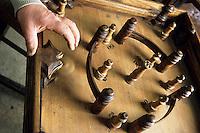 Europe/France/Nord-Pas-de-Calais/59/Nord/Hondschoote : Jeu de la toupie à quille collection de Antoine Joseph Pouleyn créateur et fabricant de jeux traditionnels flamands