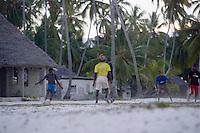 Afrique/Afrique de l'Est/Tanzanie/Zanzibar/Ile Unguja/Jambiani: les enfants jouent au football