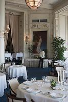 Europe/France/Aquitaine/64/Pyrénées-Atlantiques/Biarritz : l''Hotel du Palais -  Salle du Restaurant : La Villa Eugénie et la Rotonde le personnel dresse  la salle