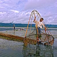 Pescadores no Lago Inle. Mianmar. 2007. Foto de Caio Vilela.