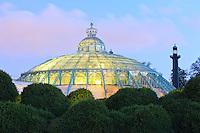 Belgique, Bruxelles, Laeken, le domaine royale du château de Laeken, les serres de Laeken durant la période d'ouverture au public au printemps, ici le dôme du jardin d'hiver // Belgique, Bruxelles, Laeken, the royal castle domain, the greenhouses of Laeken in spring, the Winter Garden at night.