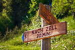 Oesterreich, Tirol, Fruehling im Zillertal, oberhalb von Zell am Ziller: Wanderweg, Hinweisschild | Austria, Tyrol, springtime at Ziller-Valley, above Zell am Ziller: hiking path, signpost