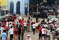 Trabalhadores do movimento dos Sem Terra entram em confronto com a Polícia Militar do Estado do Pará durante dia de protesto por um novo julgamento dos acusados pelo massacre de 19 Sem Terra em Eldorado de Carajás no Pará<br />17/04/2000. Foto Raimundo Pacó/ Liberal/Interfoto