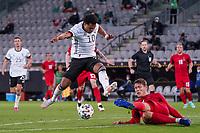 Serge Gnabry (Deutschland Germany) gegen Jannik Vestergaard (Dänemark, Denmark) - Innsbruck 02.06.2021: Deutschland vs. Daenemark, Tivoli Stadion Innsbruck