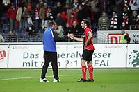 Trainer Friedhelm Funkel (Eintracht Frankfurt) klatscht mit Sotirios Kyrgiakos (Eintracht Frankfurt) nach dem Spiel ab