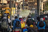 BOGOTA - COLOMBIA, 20-07-2021: Un miembro de la primera línea porta un cartel con arengas de protesta en el sector de Usme hoy, 20 de julio de 2021, en Bogotá durante la conmemoración del día de independencia de Colombia en el cual siguen las protestas del paro nacional que nuevamente convocó movilizaciones para protestar por el gobierno del presidente Duque. / A member of the front line carries a poster with protest harangues in the Usme sector today, July 20, 2021, in Bogotá during the commemoration of Colombia's independence day in which the protests of the national strike that again called mobilizations to protest the government of President Duque. Photo: VizzorImage / Diego Cuevas / Cont
