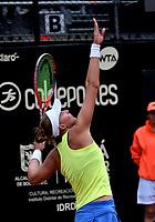 BOGOTÁ-COLOMBIA, 13-04-2019: Beatriz Haddad (BRA), se prepara para servir Amanda Anisimova (USA), durante partido por la semifinal del Claro Colsanitas WTA, que se realiza en el Carmel Club en la ciudad de Bogotá. / Beatriz Haddad (BRA), prepares to serves to Amanda Anisimova (USA), during a match for the semifinal of the WTA Claro Colsanitas, which takes place at Carmel Club in Bogota city. / Photo: VizzorImage / Luis Ramírez / Staff.