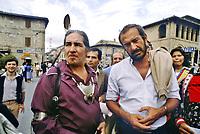 - Marcia della pace Perugia Assisi, Mario Capanna, leader del Movimento Studentesco, con un gruppo di nativi americani (settembre 1981) <br /> <br /> - Peace March Perugia Assisi, Mario Capanna, leader of the Student Movement, with a group of Native Americans (September 1981)