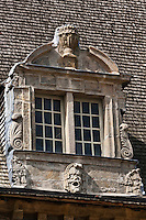 Europe/France/Aquitaine/64/Pyrénées-Atlantiques/Pays-Basque/Mauléon-Licharre: Le château de Maytie dit d'Andurain a été édifié à la fin du XVIe siècle par Pierre de Maytie. Le logis rectangulaire cantonné de pavillon est orné de fenêtres à meneaux et de lucarnes ouvragées de style renaissance. Détail des Fenêtres renaissance et du toit en bardeaux