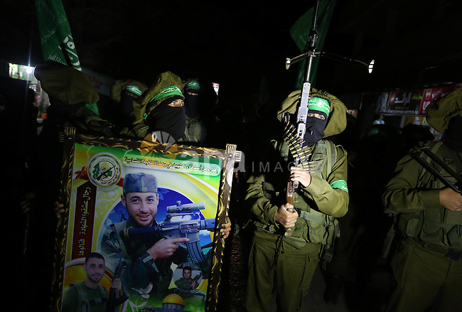 Members of Ezzedeen al-Qassam brigades, the armed wing of Hamas movement, march during a rally in solidarity with Palestinian prisoners in Israeli jails, in Beit Lahia, in the northern Gaza Strip April 23, 2015. Photo by Ramadan Al-Agha