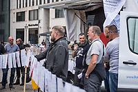 """Die der Gruppierung """"Patriotic Opposition Europe"""" des italienischen Rechtsextremisten Eric Graziani Gruenwald (im Bild am Mikrofon) veranstaltete am Samstag den 6. Juni 2020 auf dem Pariser Platz in Berlin-Mitte eine Kundgebung um fuer """"Grundrechte"""" zu demonstrieren. Es wurden Reden gehalten, die zum Widerstand gegen die Bundesregierung und Angela Merkel aufriefen und in denen die Covid 19-Pandemie und die Massnahmen zur Eindaemmung der Pandemie als Verschwoerung gegen die Bevoelkerung bezeichnet wurden und die Bevoelkerung mit Zwangsimpfungen, der 5G-Mobilfunktechnik sowie durch Bill Gates unterdrueckt werden soll. <br /> Es kamen ca. 60 Menschen aus verschiedenen Bundeslaendern.<br /> 6.6.2020, Berlin<br /> Copyright: Christian-Ditsch.de<br /> [NUR FUER REDAKTIONELLE ZWECKE! Werbung nur auf Anfrage beim Fotografen. Inhaltsveraendernde Manipulation des Fotos nur nach ausdruecklicher Genehmigung des Fotografen. Vereinbarungen ueber Abtretung von Persoenlichkeitsrechten/Model Release der abgebildeten Person/Personen liegen nicht vor. NO MODEL RELEASE! Don't publish without copyright Christian-Ditsch.de, Veroeffentlichung nur mit Fotografennennung, sowie gegen Honorar, MwSt. und Beleg. Konto: I N G - D i B a, IBAN DE58500105175400192269, BIC INGDDEFFXXX, Kontakt: post@christian-ditsch.de<br /> Bei der Bearbeitung der Dateiinformationen darf die Urheberkennzeichnung in den EXIF- und  IPTC-Daten nicht entfernt werden, diese sind in digitalen Medien nach §95c UrhG rechtlich geschuetzt. Der Urhebervermerk wird gemaess §13 UrhG verlangt.]"""