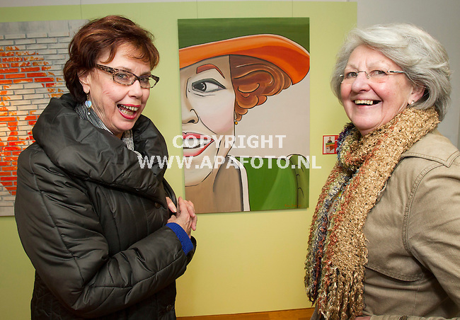 Apeldoorn, 310113<br /> Links Lia Schreurs, rechts Joke Touw bij werk van Eveline van Buel-Jonker, Time of Life. <br /> <br /> Foto: Sjef Prins - APA Foto